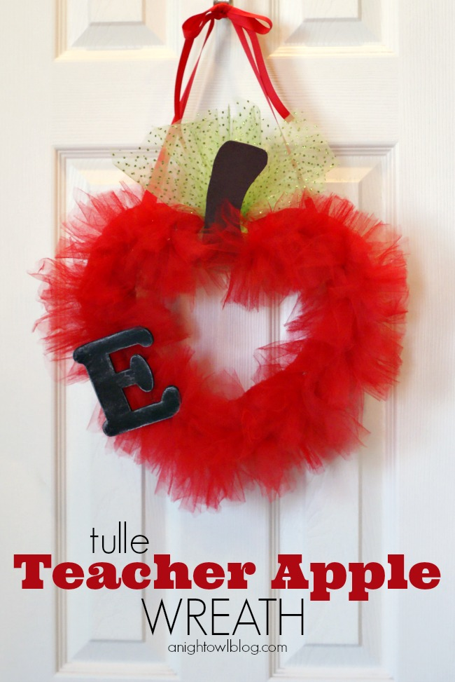 Tulle Teacher Apple Wreath | #teacher #gifts #backtoschool #school #wreath