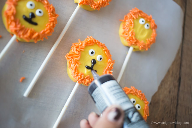 This summer put the YAY in your FriYAY with The Lion Guard on Disney Junior and these adorable Lion Cookie Pops for your kiddos!