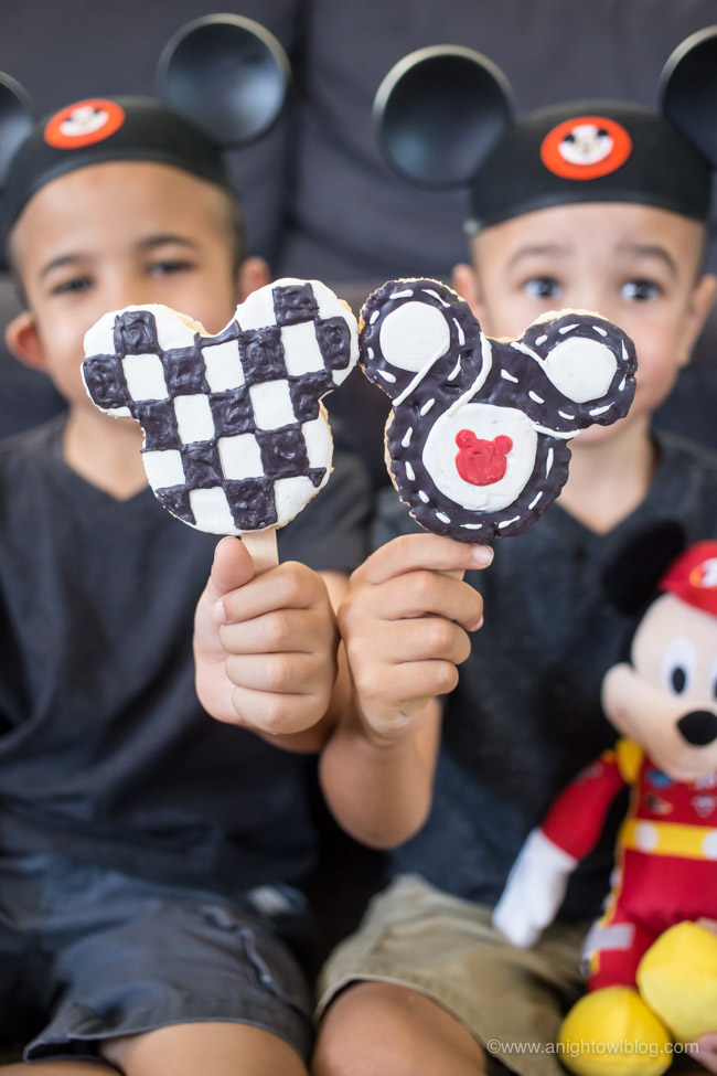 This summer put the YAY in your FRiYAY with Mickey and the Roadster Racers on Disney Junior and these adorable Homemade Mickey Crispy Treats for your kiddos!