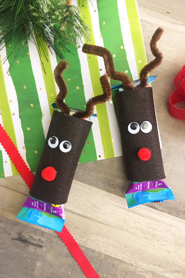 Bring holiday cheer to lunchboxes and after-school snacks with this clever and fun Christmas Snack Idea: Reindeer Granola Bar Covers!