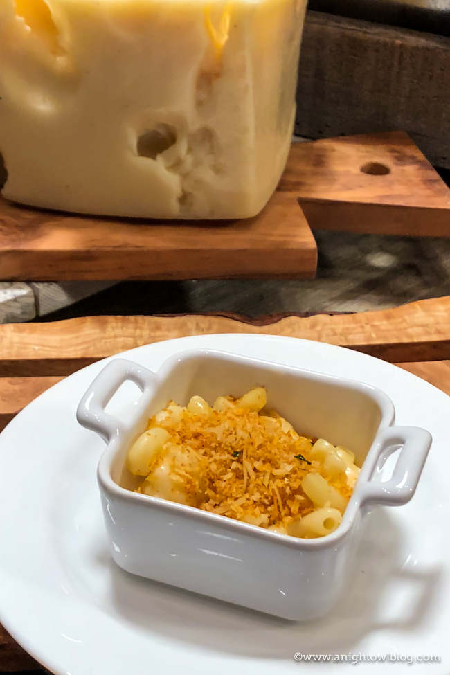 Disney California Adventure Food and Wine Festival Creamy Mac & Cheese with Garlic Bread Crumble from Garlic Kissed #DisneyCaliforniaFoodandWine #Disneyland