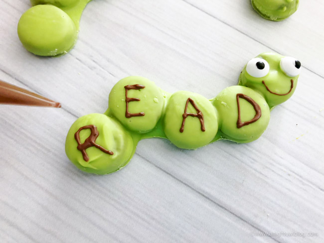 The perfect treat for the book lover in your life, whip up these Easy Bookworm Cookies for a fun and adorable book loving treat!